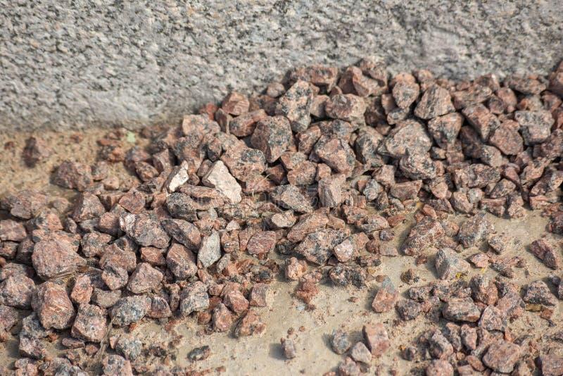 堆石渣在遏制附近说谎 免版税库存照片