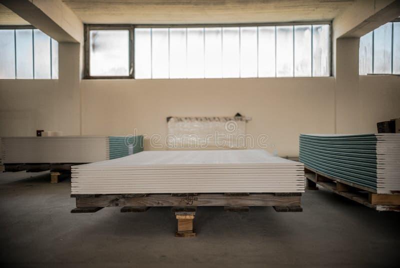 堆石膏板为建筑做准备 免版税库存图片
