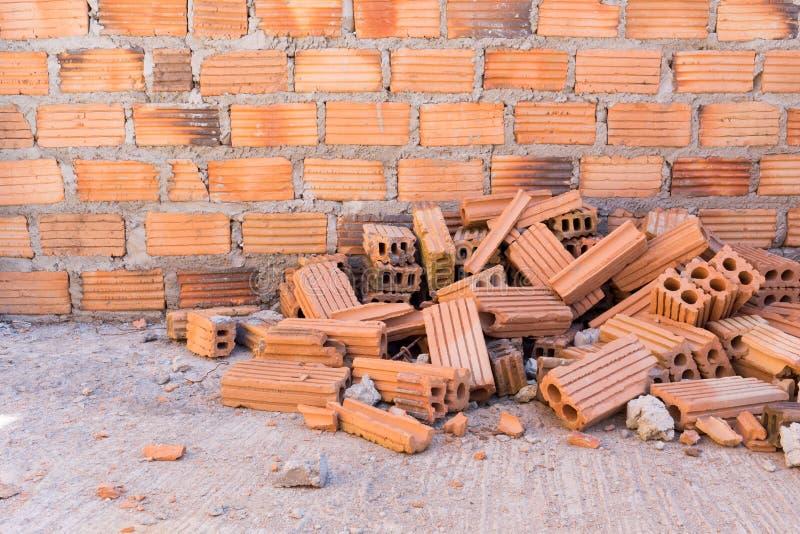 堆砖在有砖墙的建造场所 免版税库存照片