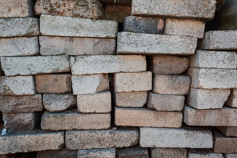 堆砖 仓库建筑材料 当建筑材料使用的砖的片段 图库摄影