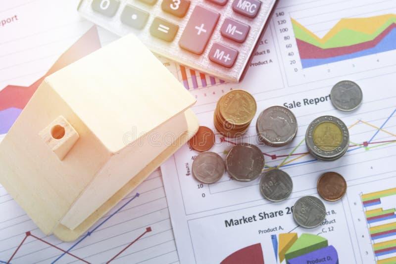 堆硬币和家,在房子财务的概念 免版税图库摄影