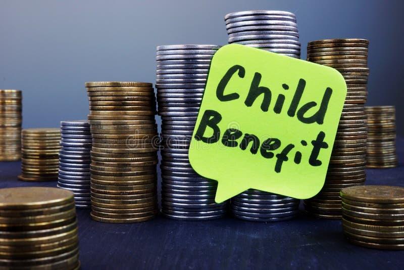 堆硬币和标签儿童利益 库存照片