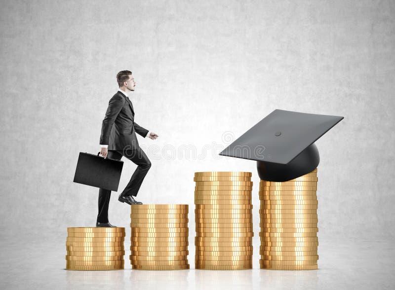 堆硬币和毕业帽子,商人 免版税库存照片