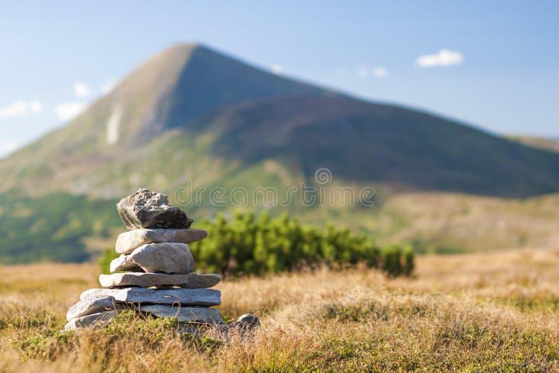 堆禅宗向忽略山上面扔石头  概念  图库摄影