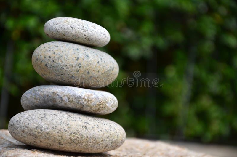 堆禅宗岩石在庭院里 免版税库存图片