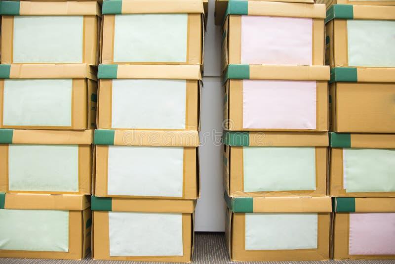 堆积办公室波纹状的棕色箱子 免版税库存照片