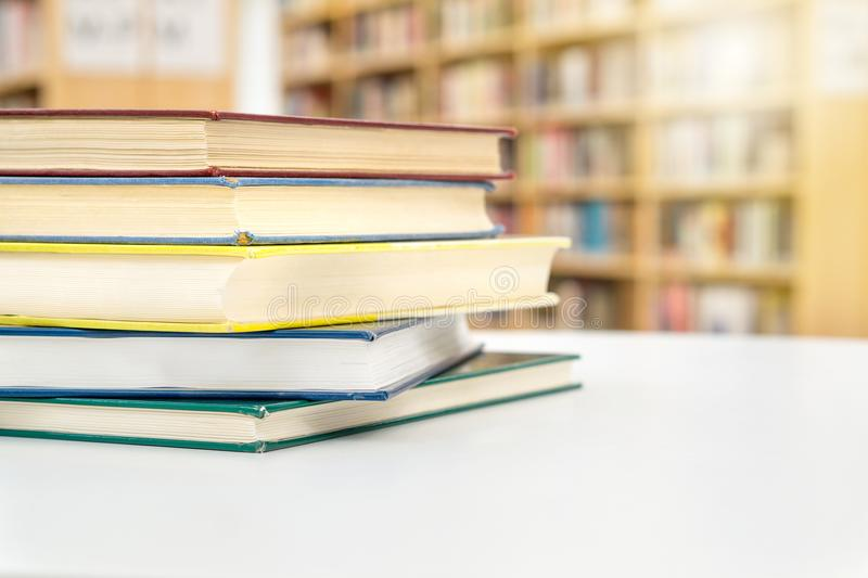 堆积和堆在桌上的书公开或学校图书馆 图库摄影