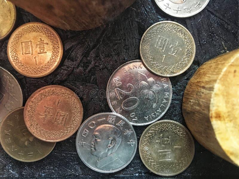 堆积在事务和财政参考背景的桌上的五颜六色的老硬币 免版税库存照片
