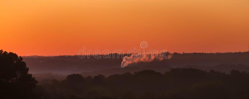 堆积在天空的烟吹的白色烟 库存图片
