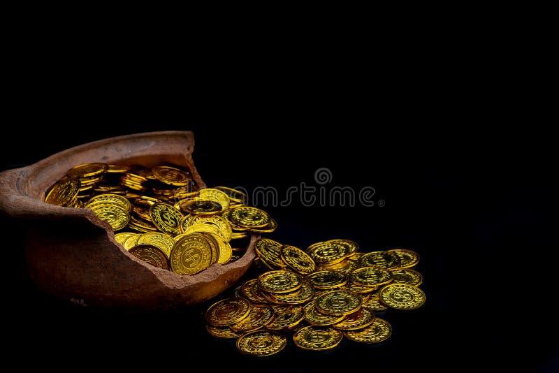 堆积在残破的瓶子的金币在黑背景, 企划投资和保存的未来的金钱堆 免版税库存照片