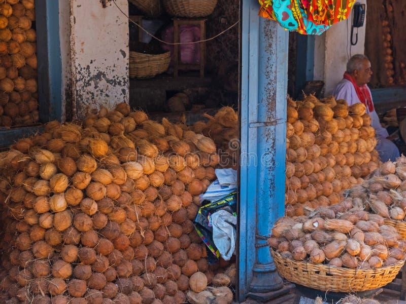 堆积待售椰子在印地安市场上 库存图片