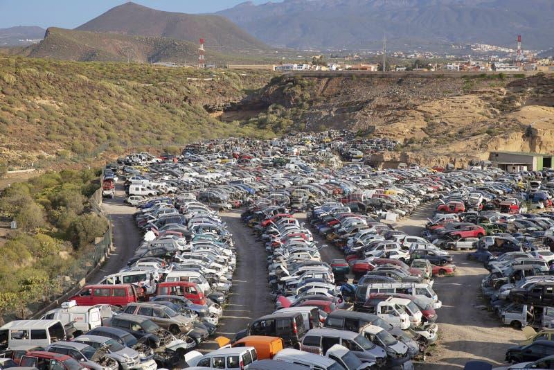 堆积被回收的汽车,用于零件的老被碰撞的车,特内里费岛,加那利群岛,西班牙 免版税库存图片