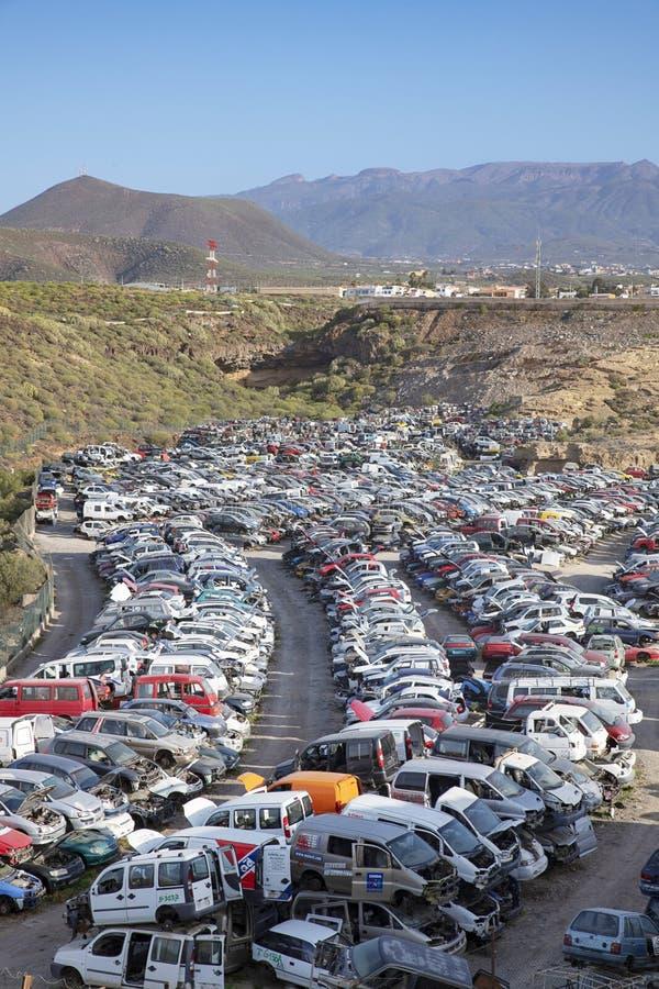 堆积被回收的汽车,用于零件的老被碰撞的车,特内里费岛,加那利群岛,西班牙 免版税库存照片