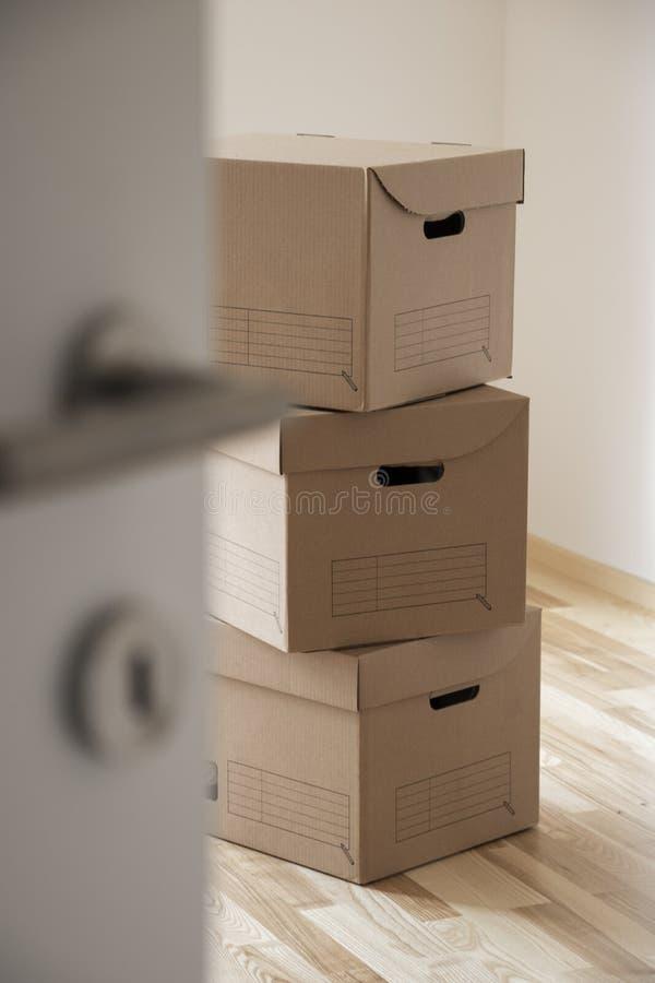 堆移动的箱子在空的屋子里 免版税库存照片