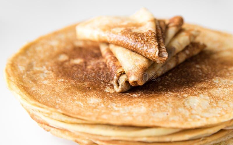 堆稀薄的俄国薄煎饼和绉纱折叠了三角 库存图片