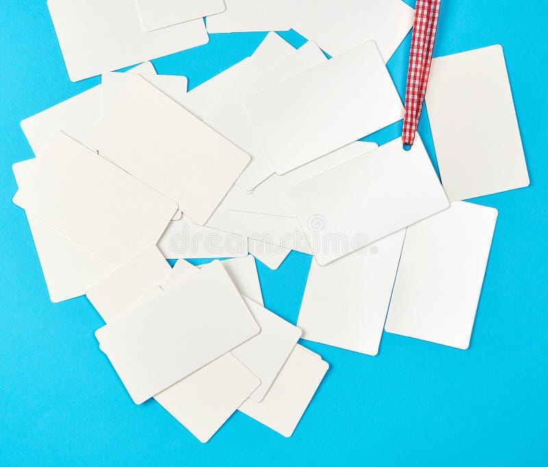 堆空白的长方形在蓝色背景的纸白色名片 免版税库存图片