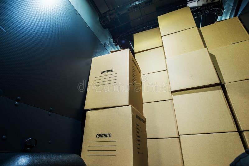 堆箱子在范 库存照片