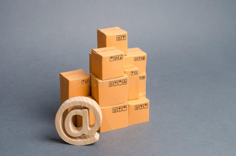 堆纸板箱和电子邮件标志商业在 : 互联网销售 网络贸易,自动化的发展 免版税库存照片