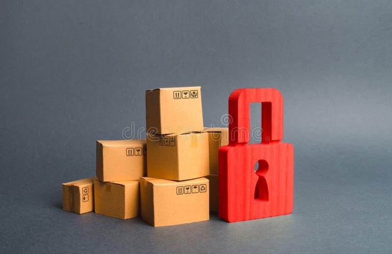 堆纸板箱和红色挂锁 保险购买的概念 消费者权益保护 货物拘捕风俗 库存图片