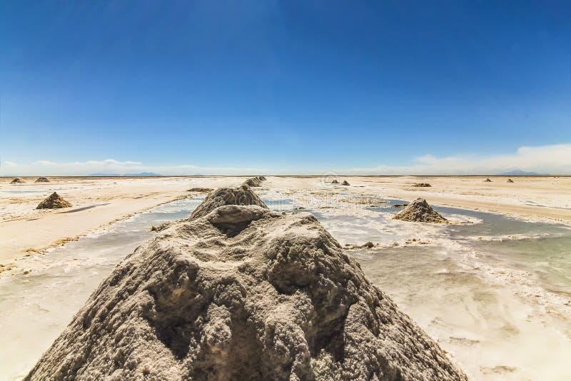 堆线在乌尤尼盐沼,玻利维亚的盐 库存图片