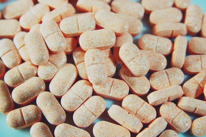 堆维生素橙色药片  免版税库存照片