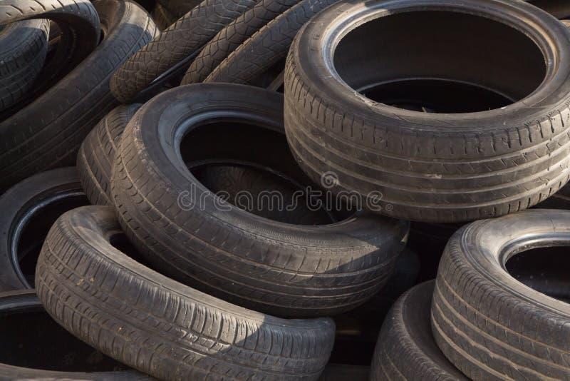 堆老使用的轮胎,特写镜头背景 免版税库存照片