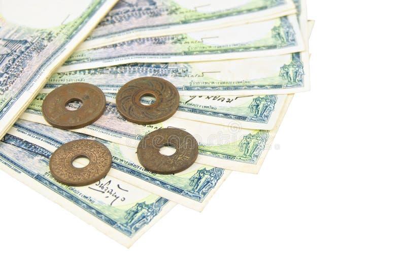 堆老古老票据和硬币泰国隔绝了 免版税库存图片