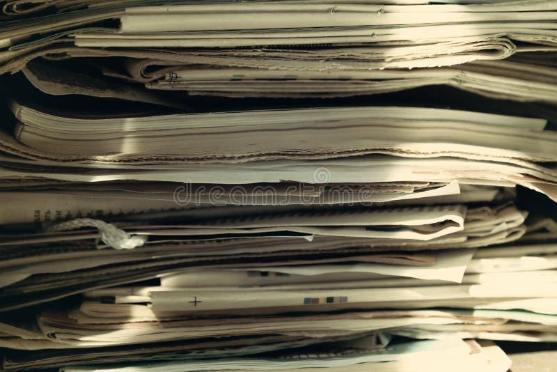 堆老报纸和杂志,堆,侧视图 r 库存图片
