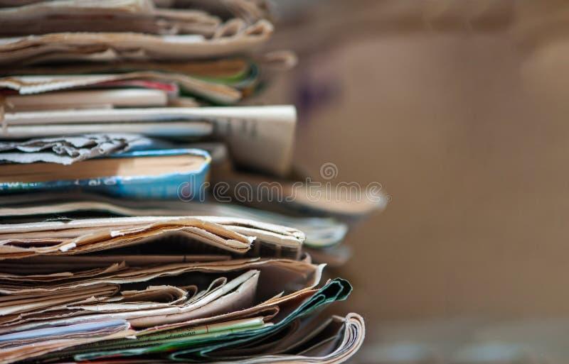 堆老报纸和杂志 复制空间 图库摄影
