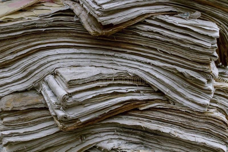 堆老报纸 在葡萄酒样式的废纸堆 E 库存照片