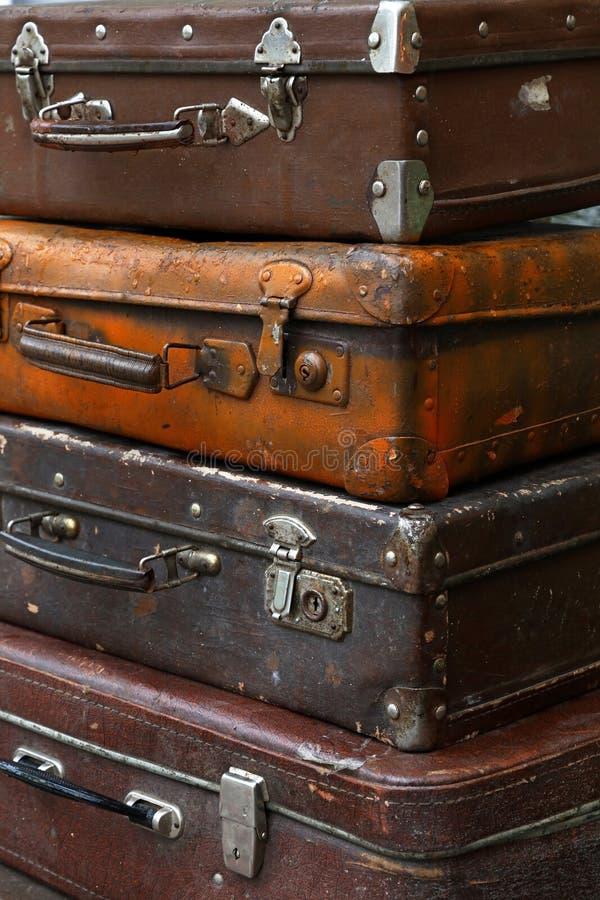 堆老葡萄酒旅行手提箱关闭  免版税库存照片