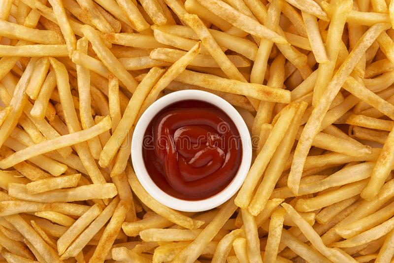 堆背景酥脆薯条和番茄酱 库存图片