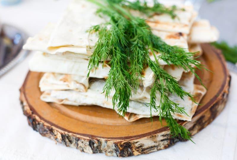堆自创全麦面粉玉米粉薄烙饼 免版税库存图片