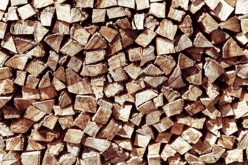 堆自然木柴为准备冬天和使用为阵营火、壁炉和家庭供暖 图库摄影