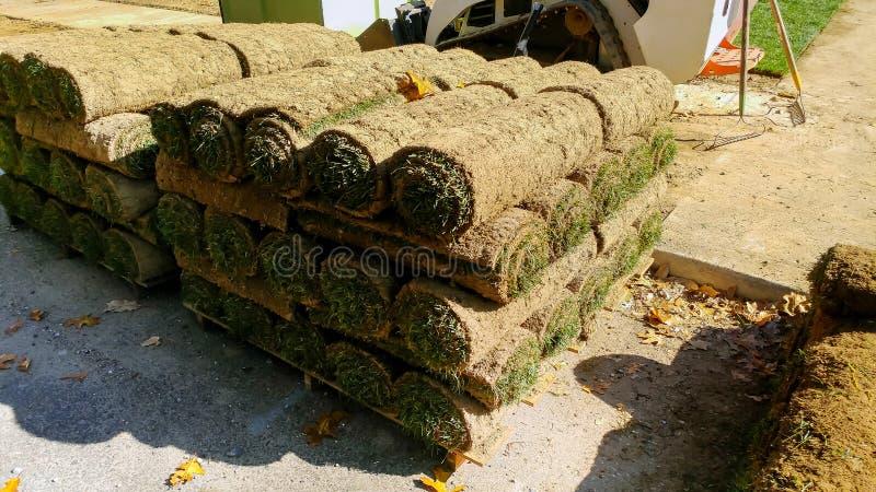 堆草皮为新的草坪滚动 免版税图库摄影
