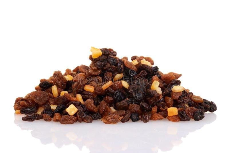堆葡萄干无核小葡萄干和苏丹娜与混杂的蜜饯果皮 图库摄影