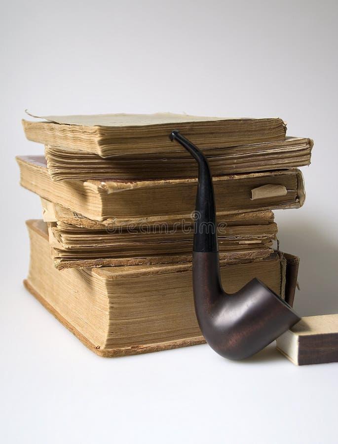 堆旧书和管子 免版税库存照片