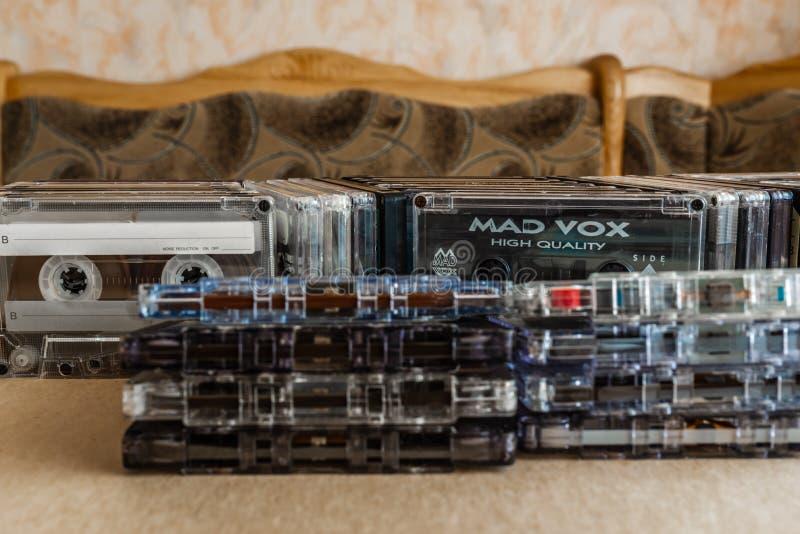 堆葡萄酒紧凑盒式磁带,关闭套老录音磁带 库存图片