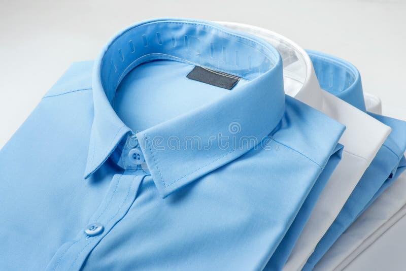 堆蓝色和白色衬衣 库存图片