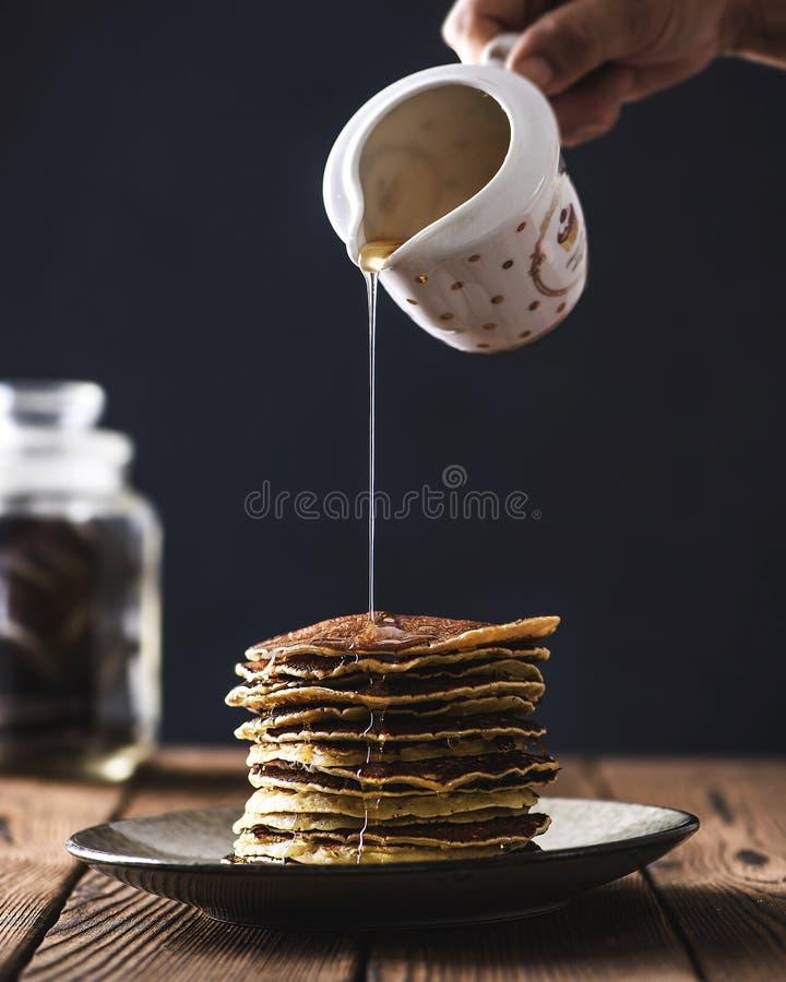 堆薄煎饼用蜂蜜糖浆 库存照片