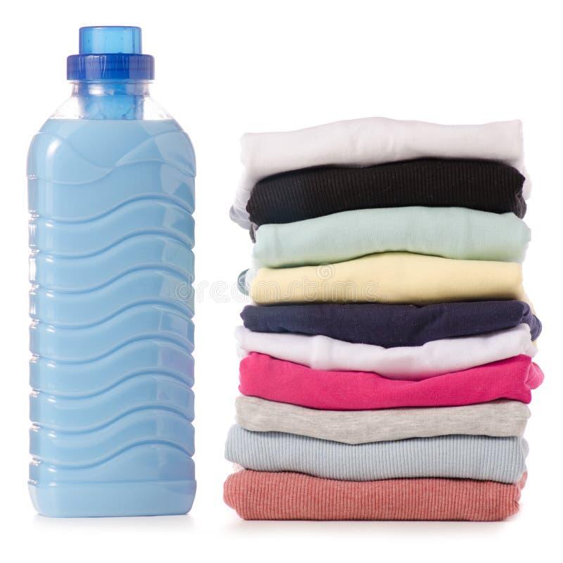 堆衣裳液体粉末调节剂织品软化剂在手中 库存图片