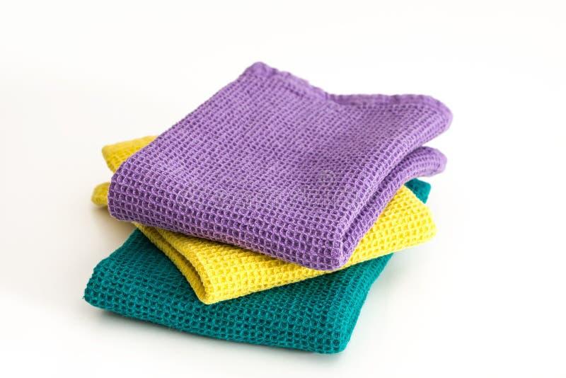 堆被折叠的五颜六色的洗碗布,在白色 图库摄影