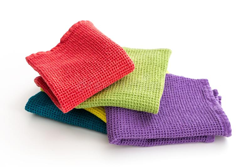 堆被折叠的五颜六色的洗碗布,在白色 免版税库存图片