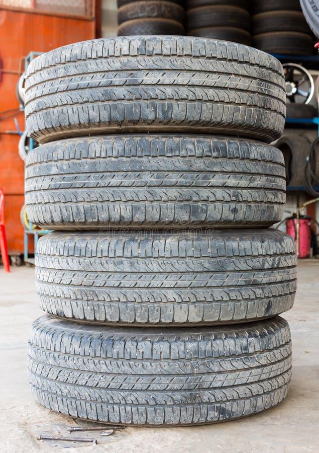 堆被用完的橡胶轮胎白色背景 免版税库存照片
