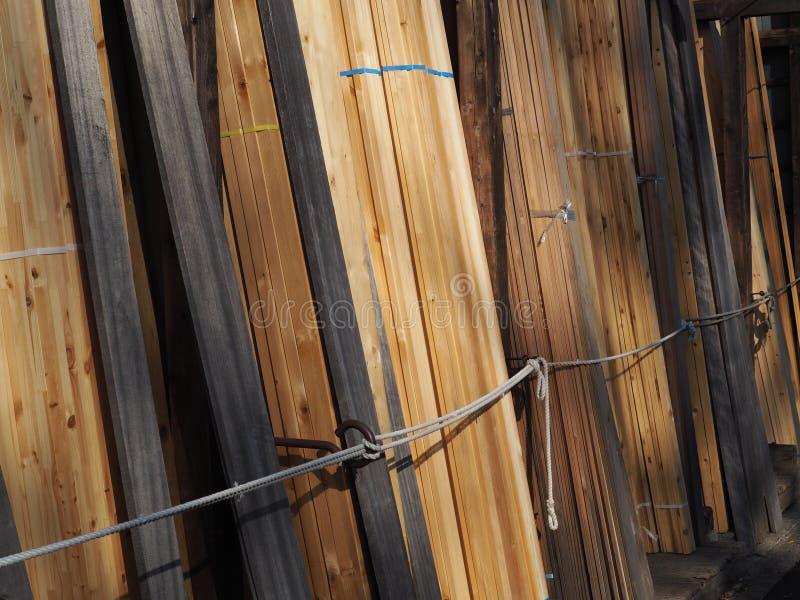 堆被碾碎的木材准备好待售 库存图片