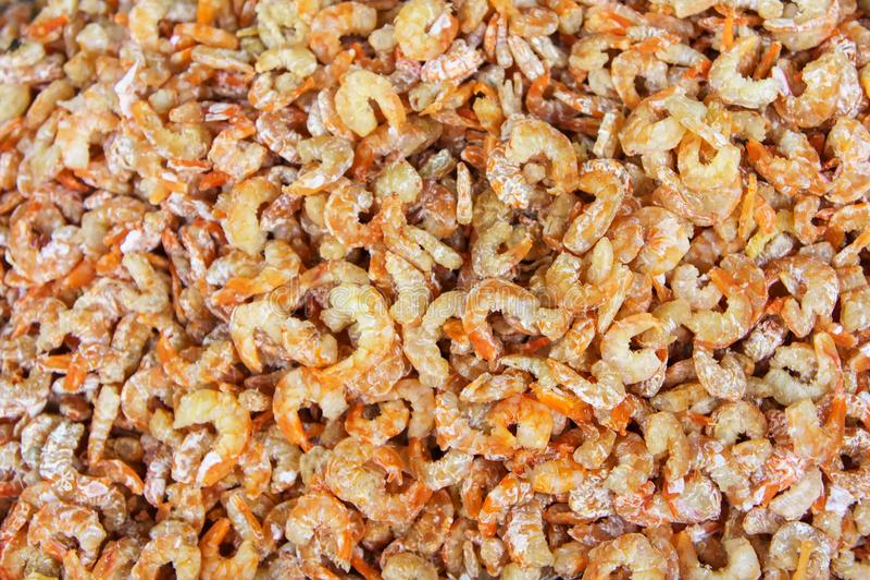 堆许多在鱼市跳船的干虾 对海鲜,食物,厨房 免版税库存照片