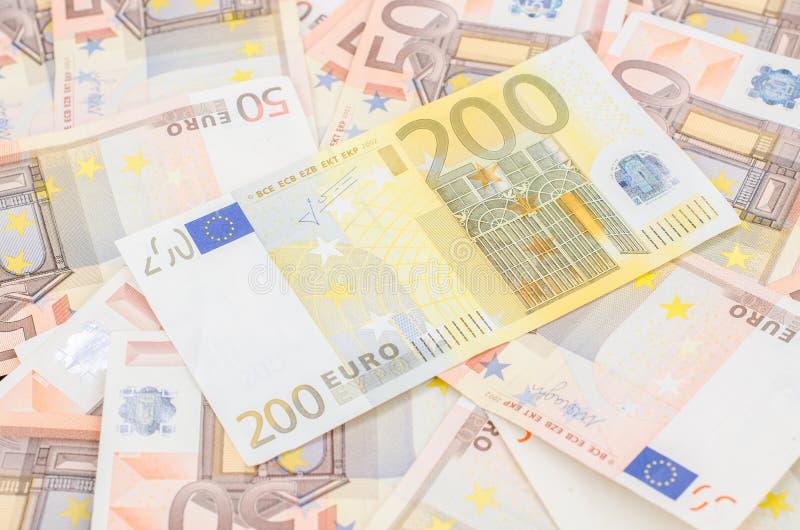 堆许多50欧洲和一200欧元钞票 库存图片