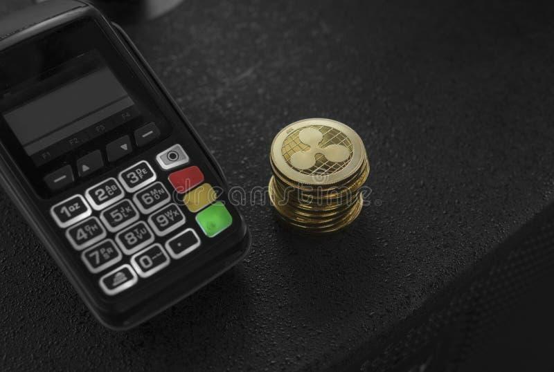 堆金波纹隐藏货币硬币和POS终端 波纹Cryptocurrency 电子商务,事务,财务 免版税库存图片