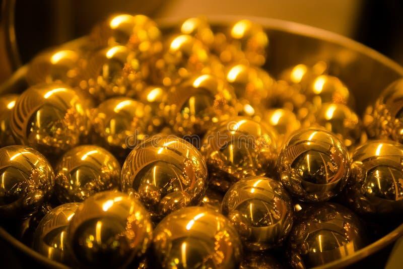 堆金黄球形球 关闭,浅景深 库存图片