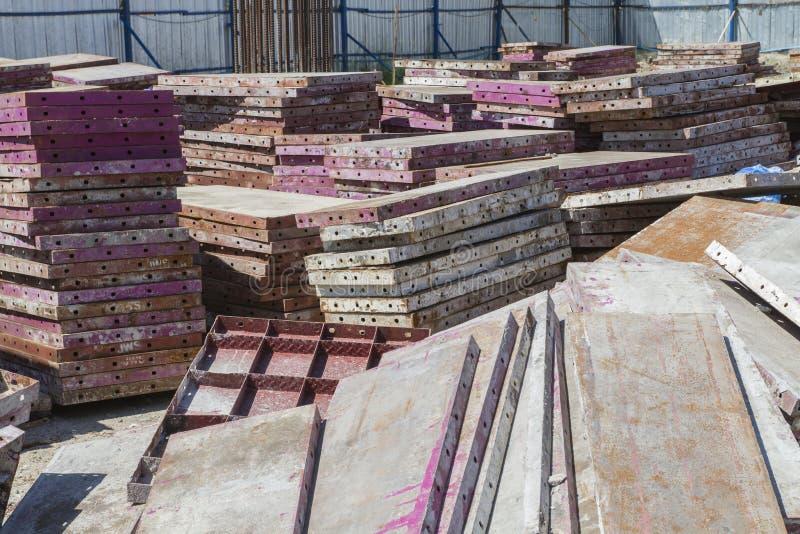 堆钢模板在工地工作 免版税库存照片